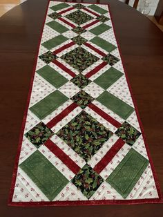 Xmas Table Runners, Quilted Table Runners Christmas, Patchwork Table Runner, Christmas Runner, Table Runner And Placemats, Table Runner Pattern, Christmas Quilting, Christmas Sewing, Table Topper Patterns