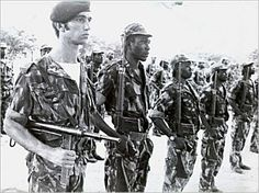Portuguese commandos in Angola. Colonial, Military Photos, Military Men, Vintage Military Uniforms, World Conflicts, Army Uniform, Guinea Bissau, War Machine, Armed Forces