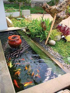 une belle idée d' étang de jardin moderne en béton embelli par une petite fontaine et des carpes koï