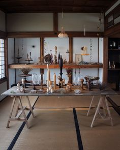 市川岳人 / Takehito IchikawaさんはInstagramを利用しています:「御茶屋跡さんでの展示始まりました。 御茶屋跡さんは130年前に建てられた日本家屋。 目の前に瀬戸内海が広がる、とても気持ちのいい素晴らしいロケーションです。 #御茶屋跡 #KiKusa #市川岳人」 Japanese Modern, Interior And Exterior, Display, Furniture, Instagram, Home Decor, Art, Floor Space, Decoration Home