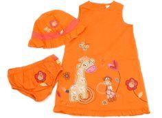 Süßes Sommeroutfit mit Giraffenkleid, Sonnenhut und dazu passendes Höschen.