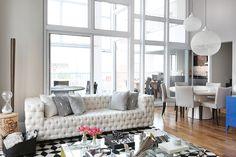 Com cores neutras, formas geométricas e orgânicas, com toques de cores vibrantes, o apartamento duplex foi planejado para casal jovem que trabalha o dia todo e gosta de aproveitar o ambiente para r…