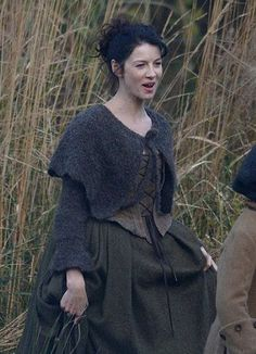Stage costumes of Outlander series. Scottish outfits of Claire Fraser in Season 1 Claire Outlander, Diana Gabaldon Outlander Series, Outlander Season 1, Outlander Book Series, Starz Outlander, Claire Fraser, Jamie Fraser, Knitted Capelet, Terry Dresbach
