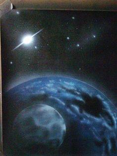 Pianeta con satellite e stelle lontane
