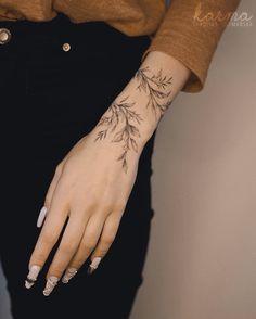 Wrap Around Wrist Tattoos, Simple Wrist Tattoos, Dainty Tattoos, Subtle Tattoos, Around Arm Tattoo, Delicate Tattoos For Women, Girl Arm Tattoos, Finger Tattoos, Body Art Tattoos