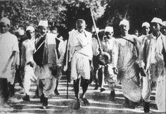 """La marche du sel de Gandhi le 12 mars 1030. """"Après un parcours à pied de 386 km, il arrive le 6 avril au bord de l'océan Indien. Il s'avance dans l'eau et recueille dans ses mains un peu de sel. Par ce geste dérisoire et hautement symbolique, Gandhi encourage ses compatriotes à violer le monopole d'État sur la distribution du sel."""" Wikipedia"""