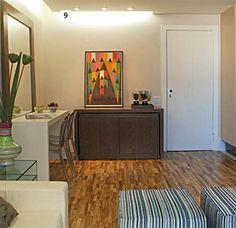 9 truques que fizeram milagre na reforma do apartamento de 36 m² - Casa. Os aparadores têm rodízios e viram mesa de jantar