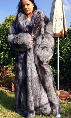 the fox fur is in good condition. e 60 cm. Warm Sweaters, Sweaters For Women, Gros Pull Mohair, Long Fur Coat, Leather Crop Top, Fox Coat, Fabulous Furs, Fur Fashion, Warm Coat