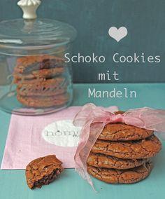 Manchmal schmeckt ja der Teig viel leckerer als hinterher das Backergebnis. Ich dachte erst, so ein Fall wären auch diese Schoko Cookies mit Mandeln. Denn der Teig ist so unglaublich köstlich, scho…