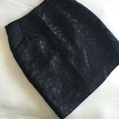 H&M Skirt Great for a date night or a night out with the girls! Black skirt with a shimmery leopard pattern. It even has pockets too! EUC. Size 4 H&M Skirts Mini