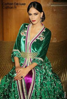 On vous présente ce nouveau caftan haute couture et sur-mesure réalisée spécialement pour les femmes chic et classe, cette année 2014, nouvelle tendance du caftan moderne signé par les meilleurs stylistes et créateurs du caftan Marocain.