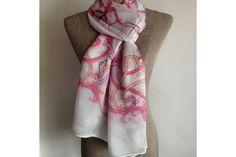 e50cefd113c3 De grand format, ultra doux et épais, ce magnifique foulard en 100% soie