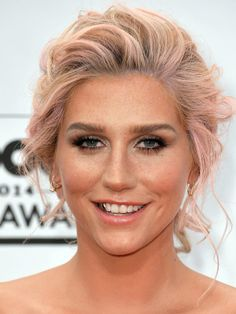 Kesha is no stranger to the occasional hair transformation! On May the singer attended the Billboard Music Awards in Las Vegas and she showed off her brand new pink do'! What do you think of the look? Wedding Hairstyles, Cool Hairstyles, Hairstyle Ideas, Hair Ideas, Billboard Music Awards 2014, Loose Chignon, Kesha Rose, Short Blonde, Blonde Hair