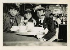 Jean Cocteau- Moïse Kisling, Pâquerette, Picasso et derrière eux Marie Vassilieff au café La Rotonde, Montparnasse, août 1916