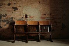 Interior design recupero poltrone o sedie da cinema originali in ottime condizioni. dimensioni: h 83 cm x 150 cm, ingombro chiuse 37 cm aperte 55 cm SESTINI E CORTI