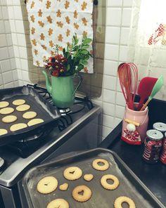Um jeito novo de decorar a cozinha: usar a chaleira como vaso de flores!