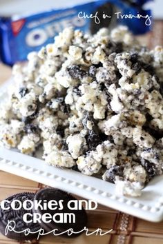 Cookies and Cream Popcorn! Only 3 ingredients, making it not only delicious, but super easy! Put in a mason jar for Christmas gifts! Cookies and Cream Popcorn! Only 3 ingredients,… Brownie Desserts, Köstliche Desserts, Delicious Desserts, Yummy Food, Delicious Cookies, Dessert Dips, Dessert Recipes, Snacks Recipes, Quick Snacks