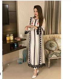 Dress Style Pakistani, Simple Pakistani Dresses, Pakistani Fashion Party Wear, Indian Fashion Dresses, Designer Party Wear Dresses, Kurti Designs Party Wear, Dress Designs, Stylish Dresses For Girls, Casual Dresses