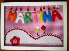 cuadro personalizado con el nombre del bebé hecho con fieltro y telas
