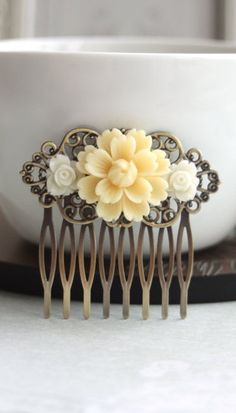Items similar to Peach Mum Flower, Small White Daisy Flower Hair Comb Clip, Bridesmaids Gift, Wedding Bridal, Vintage Style Rustic Hair Comb. Peach Wedding on Etsy Mum Flower, White Rose Flower, White Roses, Vintage Love, Vintage Beauty, Vintage Fashion, Vintage Style, Pin Up Hair, Hair Pins