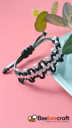 Make your own heart friendship bracelets - an easy jewelry making project for kids and tweens and even teens! Diy Bracelets Video, Diy Bracelets Patterns, Diy Friendship Bracelets Patterns, Bracelet Crafts, Handmade Bracelets, Jewelry Crafts, Handmade Jewelry, Beaded Jewelry, Beaded Bracelets