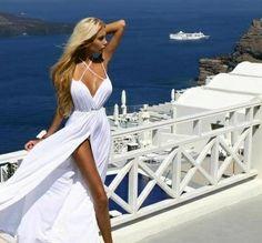 Beyaz göğüs dekolteli çekici elbise