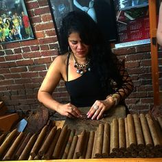 Crafting hand rolled cigars is a fine art that takes an expert to get it perfectly. These are the 4 main cigar bunching techniques that they have mastered.