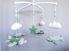 Troetels en zo: HAAKPATROON MUZIEKMOBIEL VLIEGTUIGJES Crochet Baby Mobiles, Crochet Mobile, Häkelanleitung Baby, Baby Gym, Diy Gifts For Mothers, Baby Gifts, Crochet Patterns Amigurumi, Crochet Toys, Baby Jokes