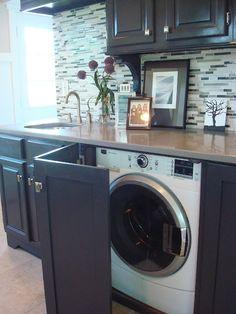 Cacher le lave linge dans la cuisine avec une porte rabatante  http://www.homelisty.com/integrer-lave-linge-deco/