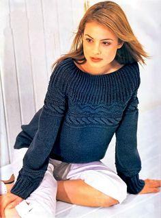 Темно-синий пуловер с круглой кокеткой связанный спицами. Схема
