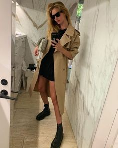 Fashion Tips Teenage Rosie Huntington-Whiteley just revealed her autumn capsule wardrobe and it& super chic. Check out the nine items that the supermodel rates. Autumn Look, Fall Looks, Star Fashion, Look Fashion, Autumn Fashion, Fashion Outfits, Womens Fashion, Fashion Tips, Fashion Trends