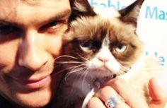 """Ian Somerhalder abraçadinho com a """"grumpy cat"""" (a gatinha mal humorada)!"""