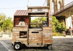 (A través de CASA REINAL) >>>>>  This Is the World's Smallest Wood-Fired Pizza Cart - my favorite one of the bunch !!