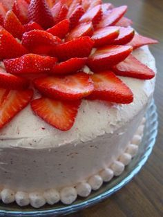 Strawberry Cake Whatever frosting you choose, be sure to add freshly sliced strawberries on the top in a concentric pattern and jaws will drop. This cake is extremely moist, flavorful, and easy and everyone always comments on how beautiful it is. Strawberry Cakes, Strawberry Recipes, Strawberry Flower, Strawberry Shortcake, Just Desserts, Delicious Desserts, Yummy Food, Yummy Treats, Sweet Treats