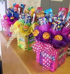 √ DIY Gift Basket Ideas for Men, Women and Babies on a Budget (Food & Non Food - birthday Cake Ideen Cheap Christmas Gifts, Christmas Diy, Diy Birthday, Birthday Gifts, Birthday Basket, Birthday Ideas, Candy Arrangements, Candy Centerpieces, Quinceanera Centerpieces