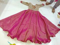 Kids Dress Wear, Kids Gown, Dresses Kids Girl, Kids Wear, Kids Blouse Designs, Dress Neck Designs, Saree Blouse Designs, Kurta Designs, Long Gown Dress
