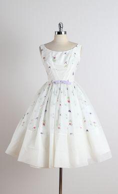 ➳ vintage jaren 1950 jurk * witte chiffon * acetaat voering * mooie bloemen borduurwerk * paarse boog accent * metalen terug rits * door Fred