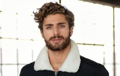 The Greatest Curly/Wavy Hair Kinds and Cuts for Males für Männer mit dem lockigen Haare The Greatest Curly/Wavy Hair Kinds and Cuts for Males - LastStepPin Wavy Hair Men, Long Curly Hair, Guys With Curly Hair, Curled Hairstyles, Trendy Hairstyles, Hair And Beard Styles, Long Hair Styles, Wavy Curls, Curls Hair