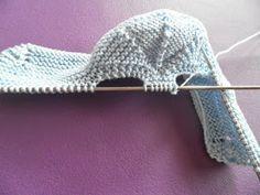 SANDALIAS-ZAPATITO para tu bebé, UNA ALTERNATIVA para los días de calor , con agujas del 2 y un fresco algodón azul,nos ponemos manos a l... Baby Booties Knitting Pattern, Knitted Baby Clothes, Crochet Baby Shoes, Crochet Baby Booties, Baby Knitting Patterns, Knitting Socks, Hand Knitting, Knitted Hats, Felted Slippers