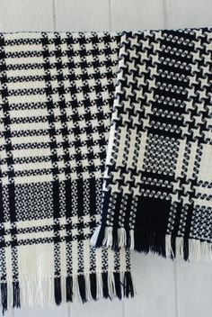 picture only. Could not find weaving directions. i love the star effect of the Houndstooth in the design Weaving Textiles, Weaving Patterns, Tapestry Weaving, Weaving Loom Diy, Card Weaving, Fabric Structure, Woven Scarves, Weaving Projects, Weaving Techniques
