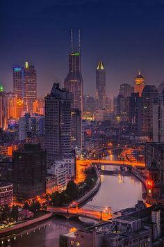 Shanghai ist die grösste chinesische Metropole in Ostchina. Abends wird die gesamte Stadt total schön beleuchtet.