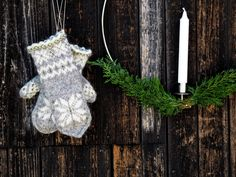 Ravelry: Julvanten pattern by Maja Karlsson Mittens Pattern, Mitten Gloves, Fingerless Gloves, Arm Warmers, Fabric Crafts, Minions, Ravelry, Free Pattern, Knitting Patterns