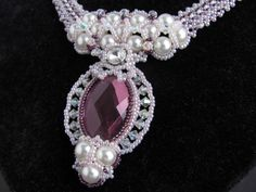Feel like a princess with this gorgeous necklace with mauve and violet beads! The big eyecatcher is a 21 x 33 mm glass firepolished cabochon