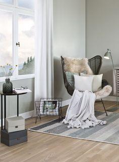 So funktioniert der Look »Cozy Corner Ethno«:Ein Hoch auf die Gemütlichkeit! Diese Wohlfühloase mit fernöstlichem Flair setzt auf eine beruhigende Farbwelt aus Grün- und Grautönen. Rattansessel, Keramikaccessoires und Botanik-Prints unterstreichen das leicht exotische Ambiente, in dem sich bestens vom nächsten Urlaub träumen lässt. // Wohnzimmer Sessel Kissen Kommode Ideen Fell Holz Beistelltisch Couchtisch Vasen Deko #Wohnzimmer #WohnzimmerIdeen #Sessel #Kissen #Felle #Beistelltisch