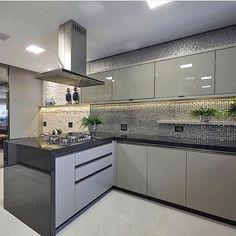 Adorei as pastilhas e armários com tonalidades bem próxima. Grey Kitchen Designs, Kitchen Room Design, Luxury Kitchen Design, Kitchen Dinning, Kitchen Cabinet Design, Interior Design Kitchen, Kitchen Decor, Contemporary Kitchen Cabinets, Modern Kitchen Interiors