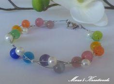 Du erhälst ein elegantes Armband aus Glaswachsperlen und bunten Glasperlen (Katzenaugen) sowie Rocailles.  Aufgezogen sind die Perlen auf Schmuckdr...