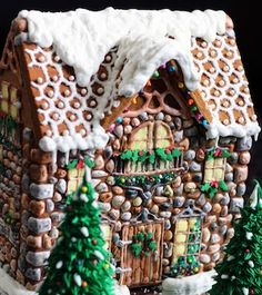100 Best Gingerbread House Ideas From classic gingerbread houses to easy gingerbread houses, there's plenty of creative gingerbread house decoration ideas for inspiration Gingerbread House Pictures, Gingerbread House Candy, Gingerbread House Designs, House Cake, Holiday Snacks, Christmas Decorations, House Decorations, Christmas Parties, Edible Art