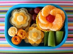 Love the cute and easy flower creations in this Bento box lunch idea for kids. Learn how to create a similar lunch with this helpful tutorial. For more creative ideas for kids lunches LIKE US on Facebook @ https://www.facebook.com/SchoolLunchIdeas