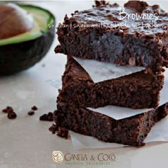 Exquisitos y saludables Brownies con aguacate sin gluten, sin lácteos, sin huevos, sin azúcar refinada y llenas de sabor.