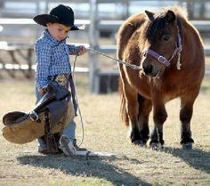 The world's smallest cowboy: Two-year-old saddles up miniature pony 'Maybelline' to compete in the rodeo Cowboy Girl, Little Cowboy, Cowboy Up, Cowboy Humor, Horse Humor, Cowboy Western, Western Decor, Cute Kids, Cute Babies